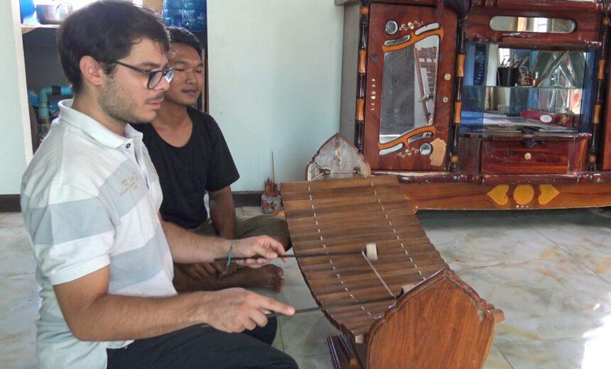 Il suo mestiere è una finestra aperta sul mondo: Gianluca Chelini racconta l'etnomusicologia